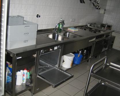 Bereich mit Spülgeräten und Herd der Küche
