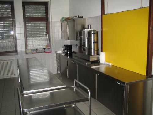 Bereich mit Kaffeemaschinen und Schränken