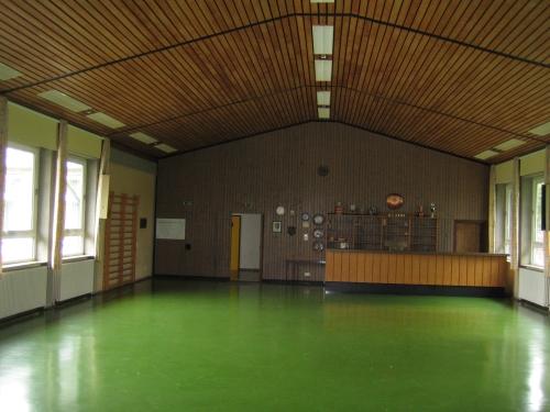 Innenaufnahme der Stöffelhalle zur Theke/Eingang